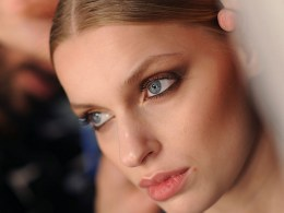 Smokey eyes in warm tones are elegant and super glamorous