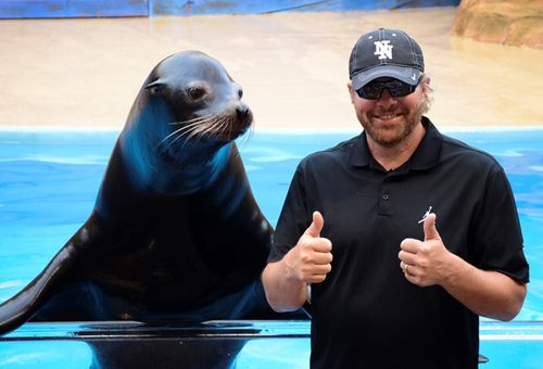 Toby-Keith-two-thumbs-up-for-Clyde-the-sea-lion