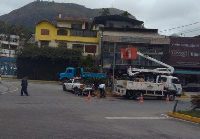 Sinal de trânsito que caiu na Ponte da Saudade recebe reparos