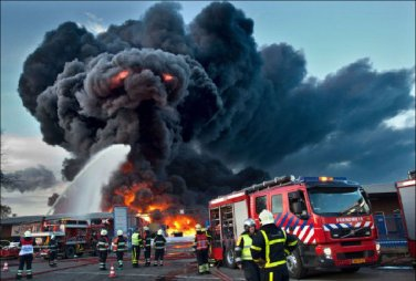 Awesome-Elephant-shaped-Black-Smoke-Rising-from-a-Fire-in-The-Netherlands