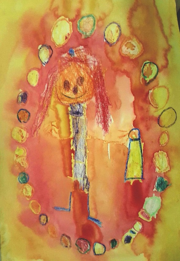 Mit Stiften gezeichnetes Kind auf mit Wasserfarben gemaltem Grund