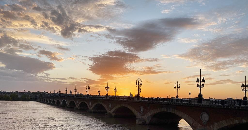 Photo du pont de pierre au coucher du soleil