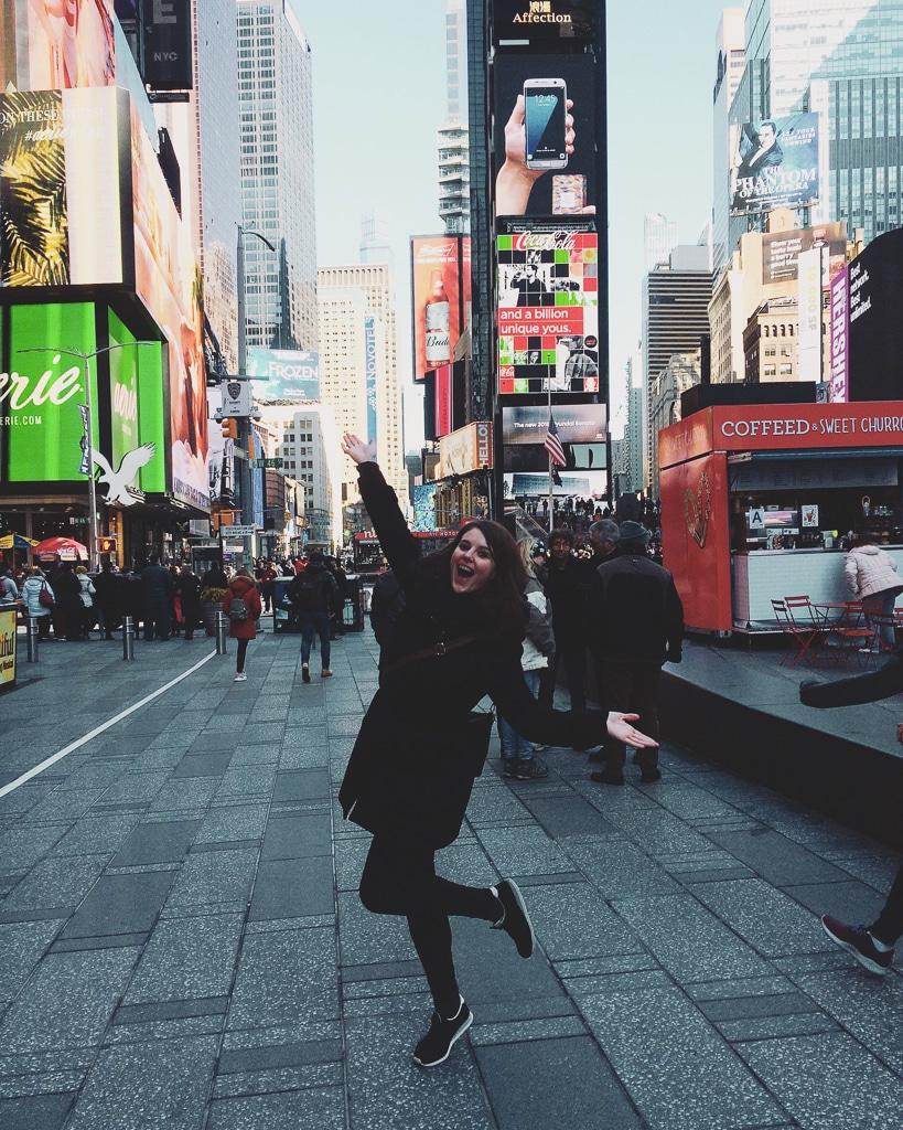 une photo avec une personne devant des buildings