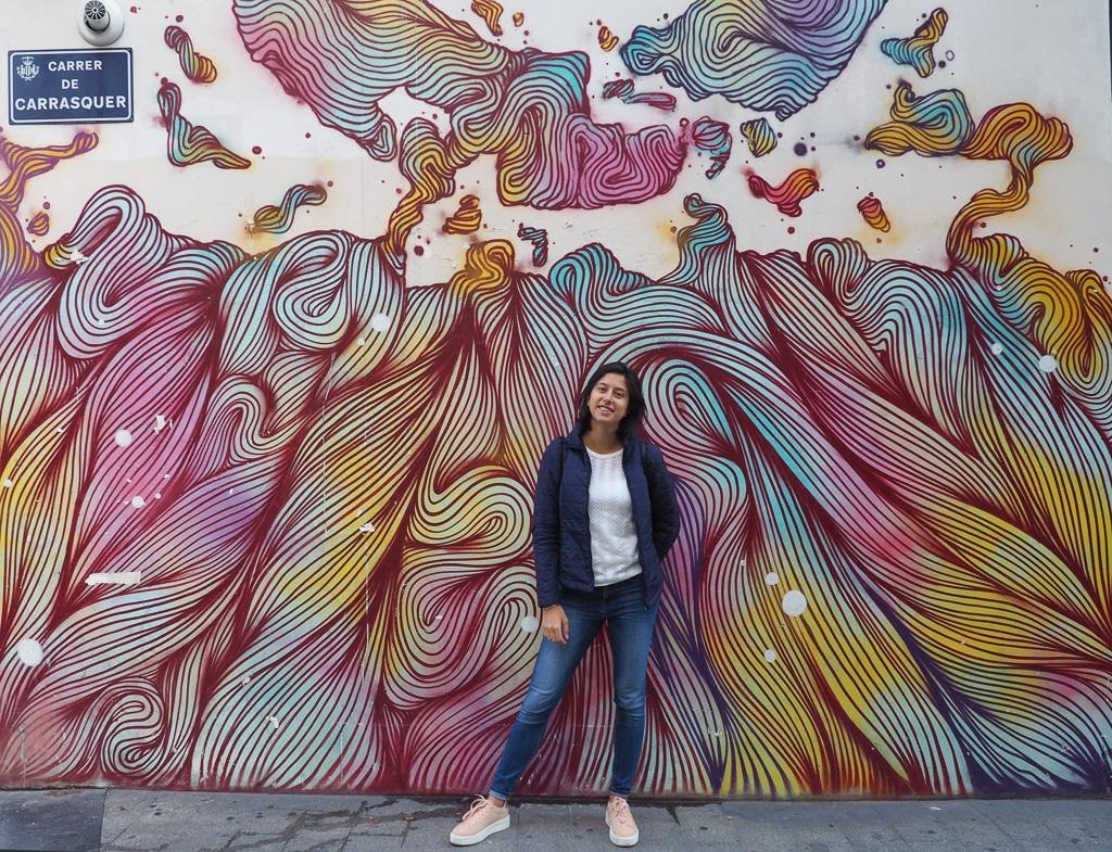 photo d'une personne devant un mur coloré