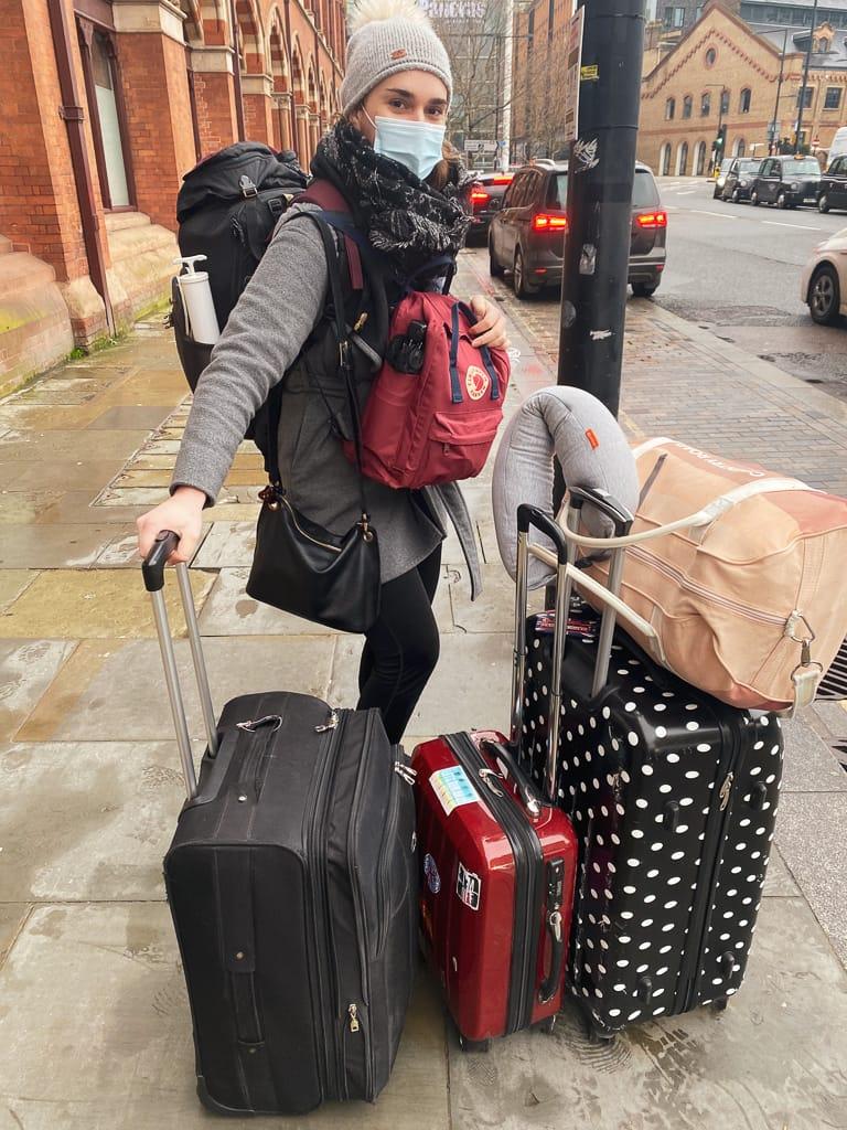 photo d'une femme avec beaucoup de valises