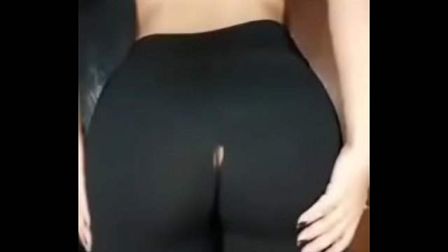 She rips a hole in her leggings and twerks
