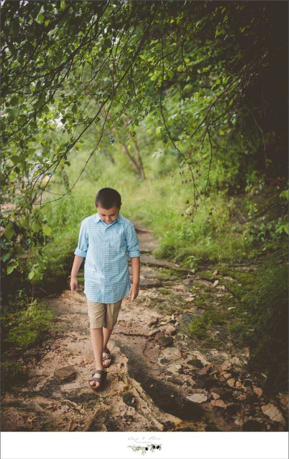 madison mini sessions, blue shirt, khaki shorts, dirt trails, green grass, family sessions
