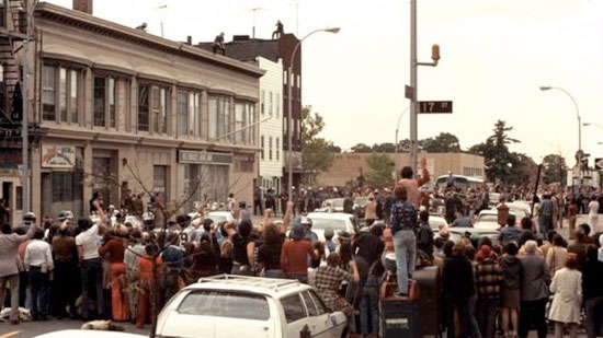 Crowds gathering around the bank in Dog Day Afternoon.