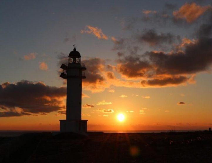 Faro Nati con puesta de sol en ciutadella de Menorca