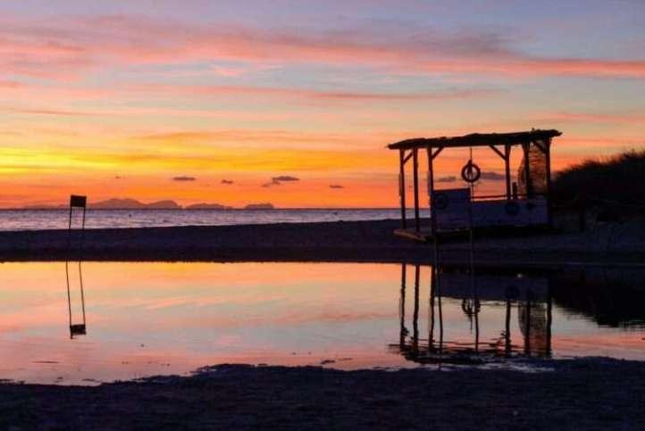 Puesta de sol en Menorca Caseta socorrista playa de Son Bou