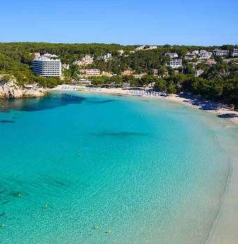 foto desde el mirador de la playa de cala Galdana con hotel Artiem en frente y el hotel Melia. Es una playa con arena blanca