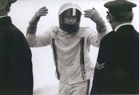 david-purley-trying-to-save-roger-williamson-f1