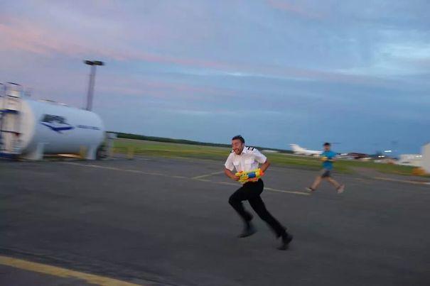 Мой друг - пилот, он сказал, когда им надоедают, у них есть водные пушки