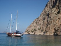 Água azul turquesa, montanhas lindas