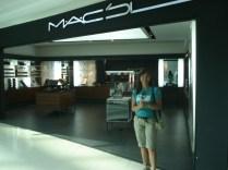 Lojas chics do shopping. Mac escrito em árabe