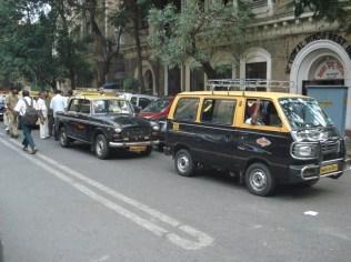 Fila dupla de táxi. Esses amarelos e pretos são os oficiais.