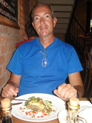 Carlos descobrindo o que quer dizer vegan: vegetariano sem ovo. Lasanha de champignons.