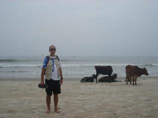 Carlos com suas novas amigas indianas, sagradas e curtidoras da praia