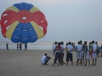 Praia de Colva. Tinha fila para o parasailing.