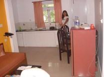Cozinha completa com chaleira elétrica e tudo.