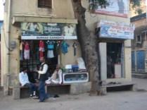 A loja é pequena e eles ficam sentados em uma espécie de banco de onde atendem o cliente.