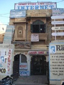 No meio da cidade velha, achamos mais um internet café. Globalizou.