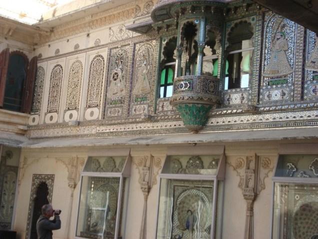 Moti Mahal com trabalhos lindos em vidro e espelho. Pavões – símbolo da Índia.