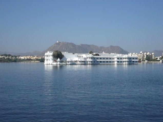 Vista do Lake Palace do barco de passeio