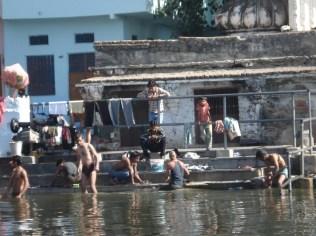 Gangaur gate, dhobi ghat visto do lago, lado dos homens