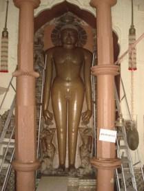 Estátua de adoração no templo moderno