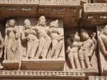 Todas as pequenas e delicadas esculturas mostram cenas do cotidiano