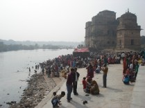 Multidão no ghat Kanchana no rio Betwa