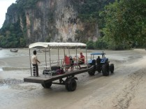 Olha o píer móvel. Leva os turistas ricos até seu barco sem molhar os pezinhos