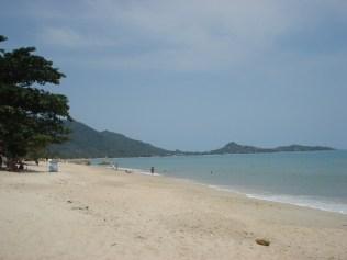 A praia de Lamai é assim. Mar meio agitado.