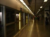 Metro com portas de vidro que só abrem quando o trem chega. Todas as estações são assim.