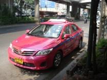 Táxi cor de rosa. Tem também verde, azul e amarelo com verde. Todos com ar condicionado e novinhos. Difícil é conseguir que eles usem o taxímetro