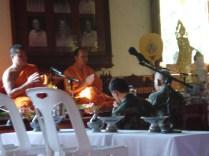 Monges fazendo a reza e os cânticos da manhã