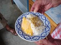 Sticky rice with mango. Doce de arroz com leite de coco e manga doce. Delícia.