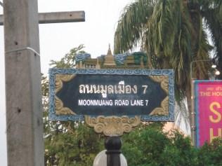 Nossa rua em Chiang Mai. Todas as placas são desse jeito