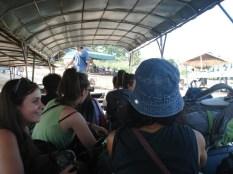 """Todos nós e as bagagens no """"ferry"""" para atravessar o Mekong"""