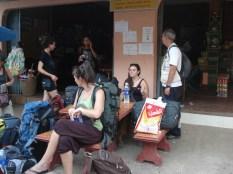 Carlos e as meninas esperando o songthaew que nos levaria até o ônibus