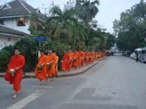 No final vêm todos. São muitos monges, tantos que enchem a rua