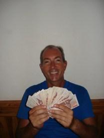 Carlos depois de sacar 2 milhões de kip. Feliz e milionário. No fundo apenas US$ 260.