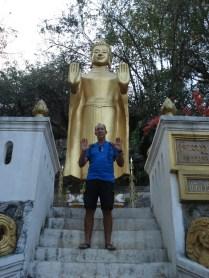 Carlos imitando o Buda que para o trânsito (brincadeira nossa)