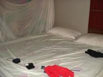 Nosso quarto. Esse pano pendurado é o mosquiteiro