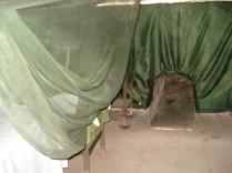 Enfermaria e mais um túnel para mostrar como eram estreitos