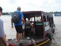 Um dos barcos do passeio. O que nos levou até a fábrica de balas de coco