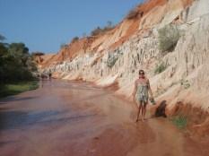 Esse é o Fairy Stream, um pequeno riacho que com o tempo e a erosão, deixou as margens assim