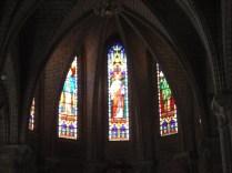 Vitrais que acompanham todas as colunas da igreja.