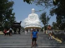 A pagoda é dominada por esse Buda gigante de 14 metros de 1960